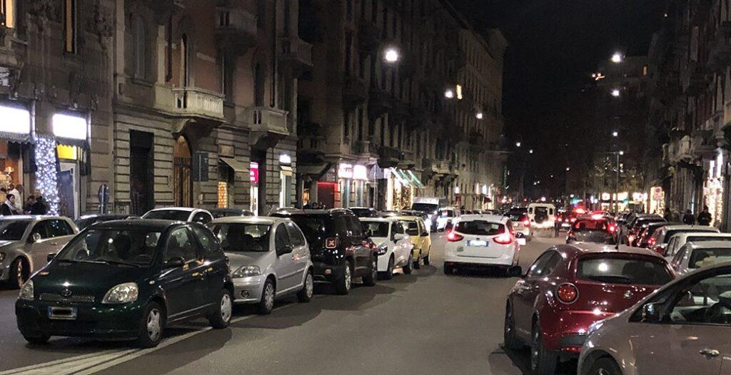 Parcheggio selvaggio rovina il decoro urbano a Milano