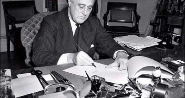 franklin-delano-Roosevelt-firma-la-legge-affitti-e-prestiti